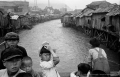 Harold Feinstein  -  Korean Children on Village Bridge, Pusan, 1953 / Silver Gelatin Print  -  16 x 20